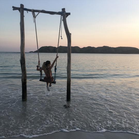 Columpio rustico en la playa