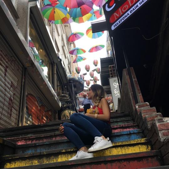 escalera de colores y paraguas